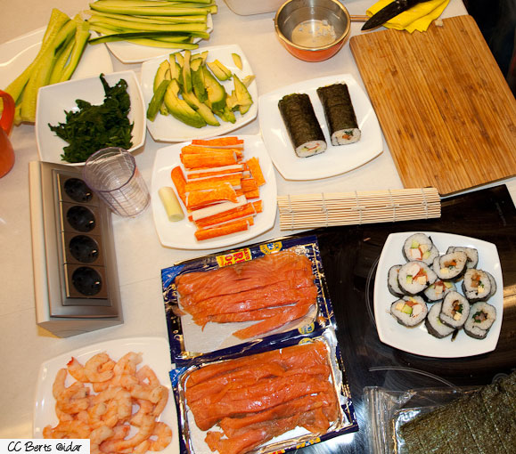 vorbereitung des arbeitsplatzes um sushi selber zu machen. Black Bedroom Furniture Sets. Home Design Ideas