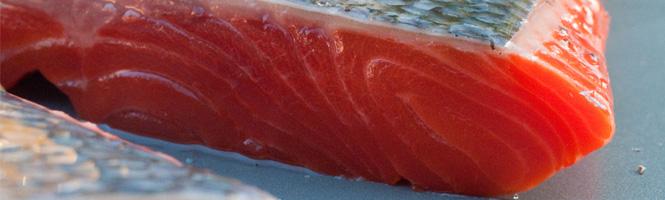 Wie schneidet man Fisch für Sushi