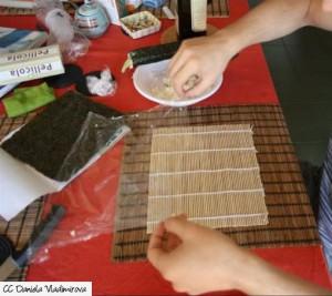 Sushi Bambusmatte in Klarsichtfolie einschlagen